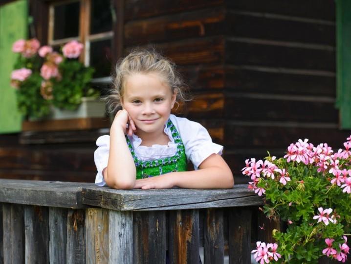 Mädchen auf Terrasse